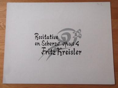 Titelkaart met handlettering van Jan van der Does voor uitvoering van Recitative en Scherzo opus 4 van Fritz Kreisler. Programmatitel en uitzenddatum niet bekend. Collectie Jan van der Does