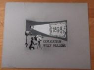 Titelkaart met illustratie en handlettering van Jan van der Does. Willy Mullens is een van de pionier van de Nederlandse film. Mogelijk De oude draaidoos. Collectie Jan van der Does