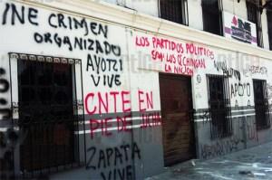 Presuntos maestros y normalistas  destruyen oficinas del INE en San Cristóbal