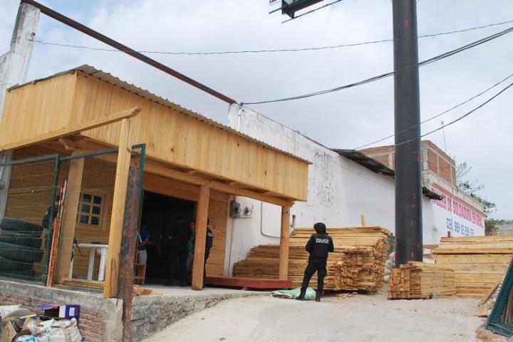 Sujetos armados asaltan negocio maderero