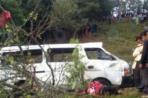 Cuatro muertos y 15 lesionados en volcadura