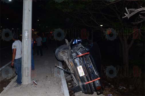 Vuelca camioneta en el Libramiento Sur; hay un herido