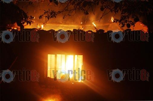 Le prenden fuego a humilde vivienda
