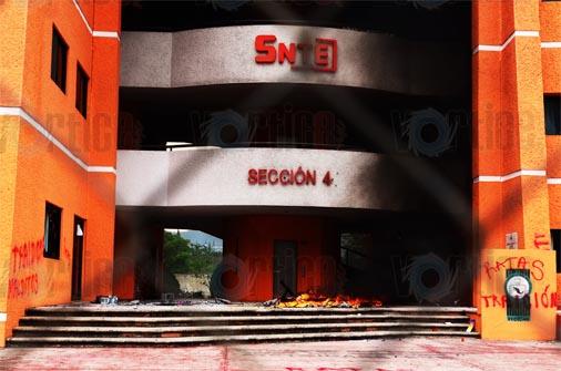 Encapuchados queman edificio de la Sección 40