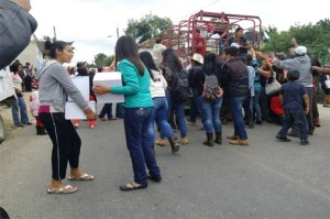 Priistas retienen camión con despensas