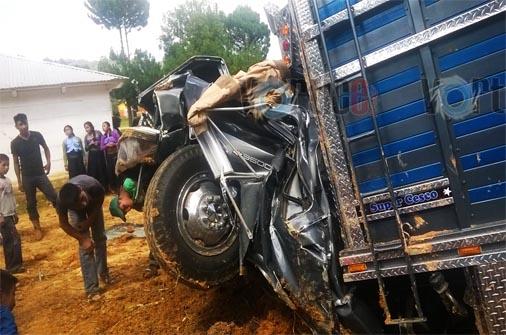 Prensados en accidente automovilístico