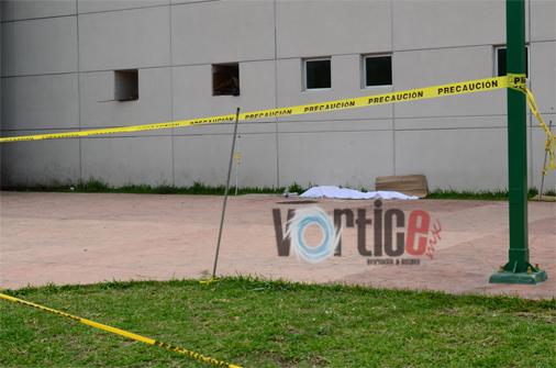 Agonizó frente a un hospital y murió en una jardinera