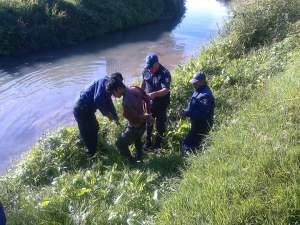 Amarran a presunto ladrón y lo meten a un río como castigo