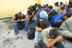 Detienen a traficante de personas y rescatan a 30 indocumentados