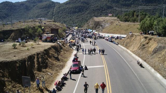 Segundo día de bloqueos en Chiapas en apoyo a maestros de Oaxaca