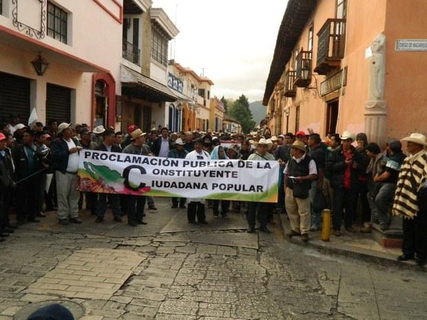Marchan 15 mil personas en Chiapas; piden crear una nueva Carta Magna
