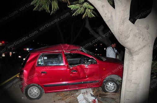 Chofer queda prensado al chocar contra un árbol
