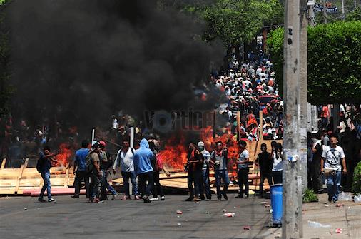 Se enfrentan policías contra maestros; Tuxtla se convierte en un caos