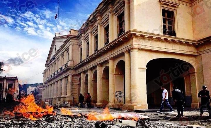 """Grupos ajenos a la CNTE vandalizan la expresidencia """"coleta"""" y saquean OXXO"""