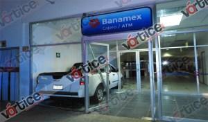 Camioneta se estrella contra un banco y policías llegan al instante
