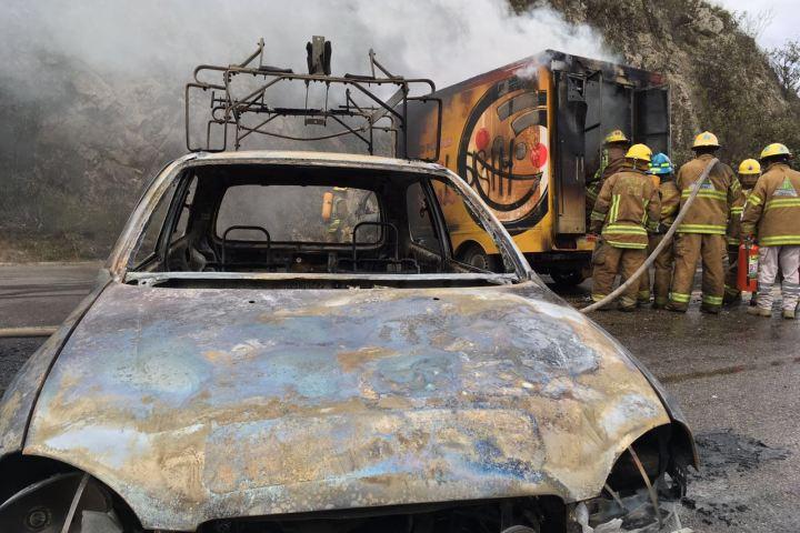 Normalistas incendian cuatro vehículos de empresas privadas en San Cristóbal