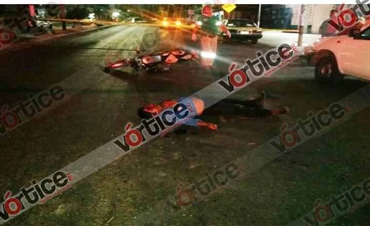 Muere motociclista al estrellarse contra una camioneta estacionada
