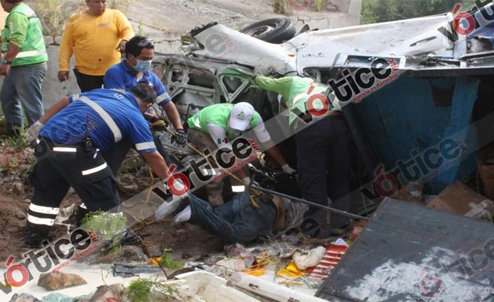 Vuelca camioneta a un precipicio; sus ocupantes murieron prensados
