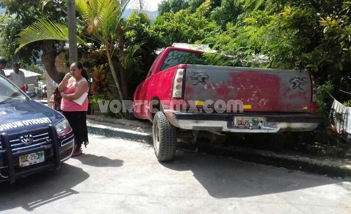 Camioneta desenfrenada se precipita en una pendiente y choca contra una casa