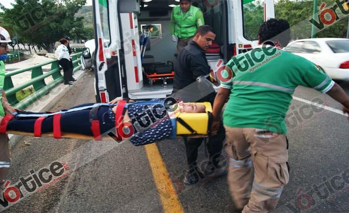 Dama resulta lesionada en aparatoso accidente de tránsito