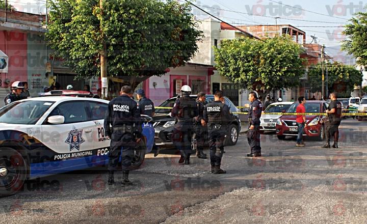 Asaltan a pasajero dentro de terminal; al huir los ladrones chocaron contra un auto