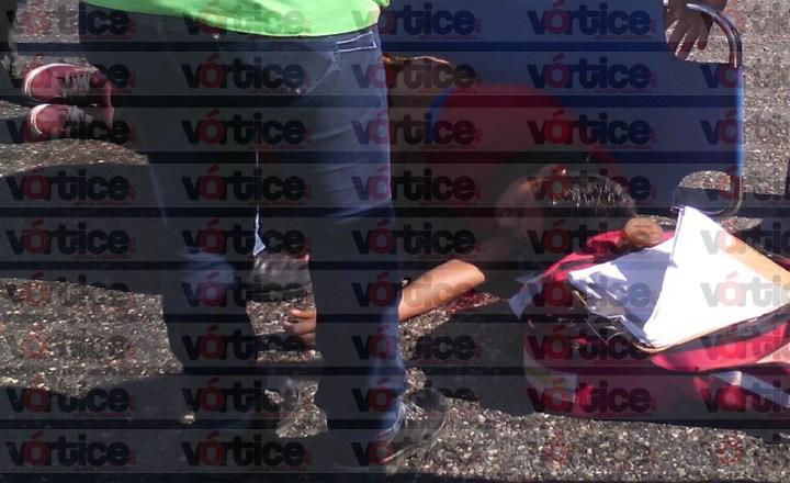 Cae joven de camioneta en movimiento; su estado de salud es delicado