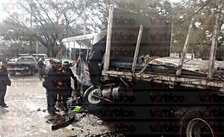 Carambolazo deja dos muertos y más de 30 heridos
