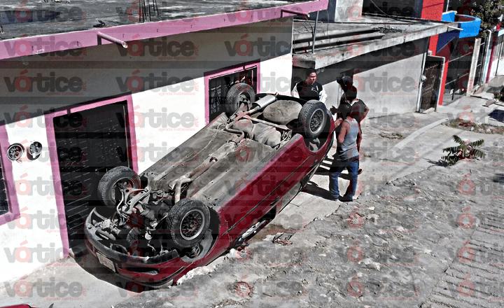 Vuelca automóvil en la puerta de una vivienda en Tuxtla