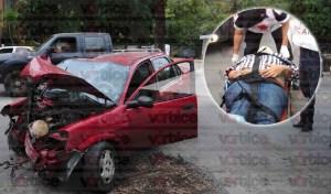 Conductor queda atrapado en su vehículo tras colisionar contra poste