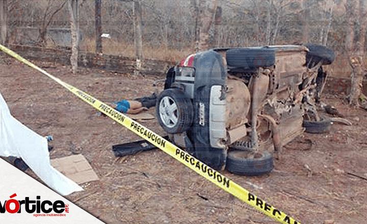 Muere chofer tras volcadura; dos más resultan heridos