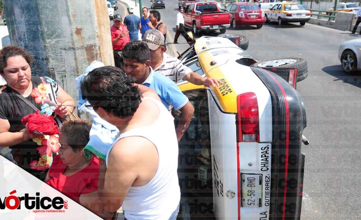 Tráiler impacta a taxi y lo hace volcar; hay dos heridos
