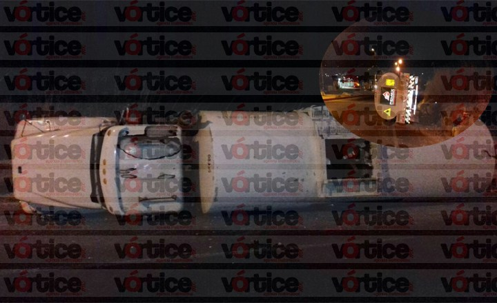 Vuelca pipa en libramiento de Tuxtla; chófer se salva de milagro