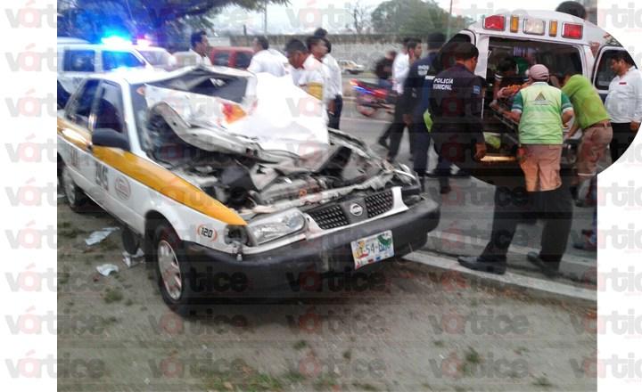 Acelerado taxista provoca choque; hay dos lesionados