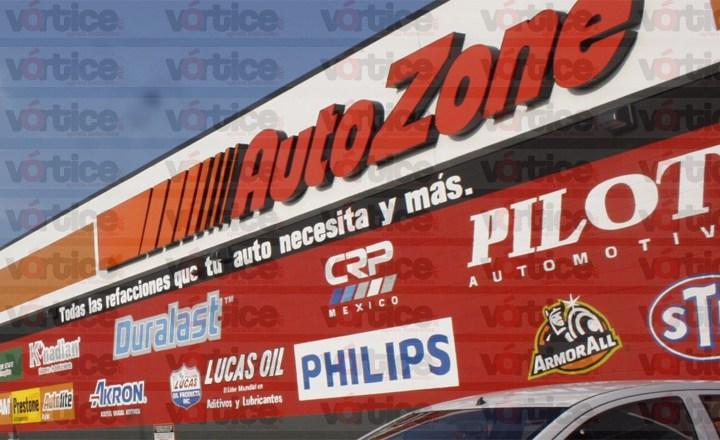Amagan a empleados y asaltan tienda Autozone