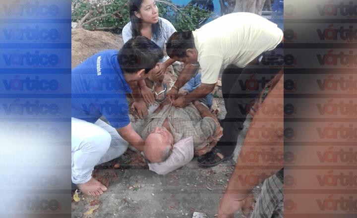Cae ancianito cuando podaba un árbol en el barrio Niño de Atocha