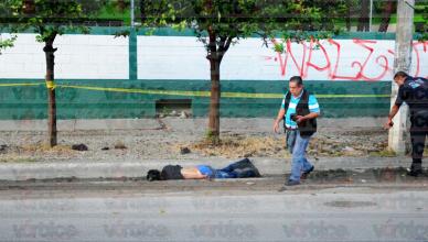 Muere motociclista al estrellarse contra un poste; llevaba el casco en el manubrio