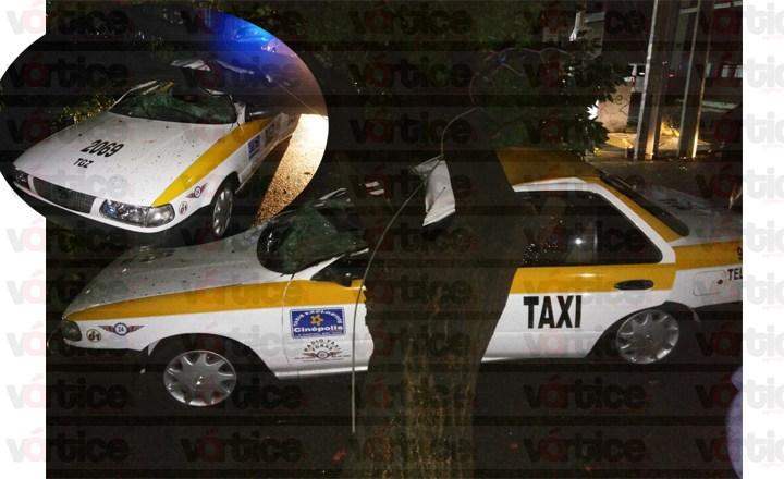 Por lluvias, árbol cae encima de un taxi