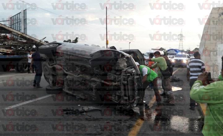 Vuelca vehículo frente a Los Amorosos; el exceso de velocidad la posible causa