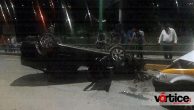 Camioneta descontrolada causa destrozos y provoca un accidente