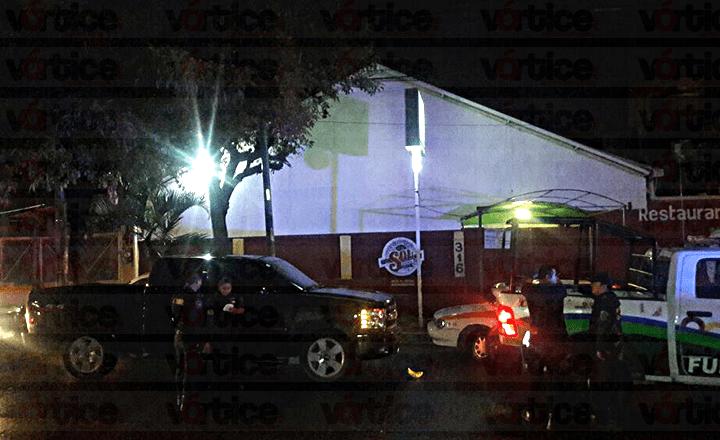 Hombre armado realiza detonaciones y se refugia en el bar 'Qué Pez?'