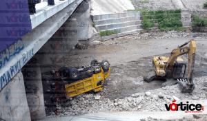 Vuelca volteo durante trabajos de desasolve en el río Sabinal