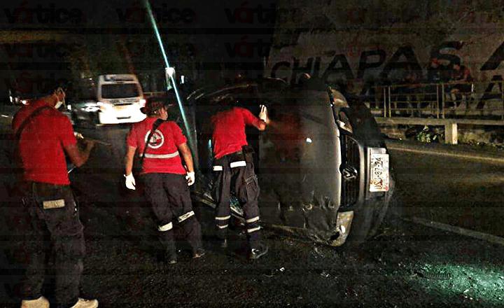 Vuelca automovilista en la entrada de Cahuaré y huye