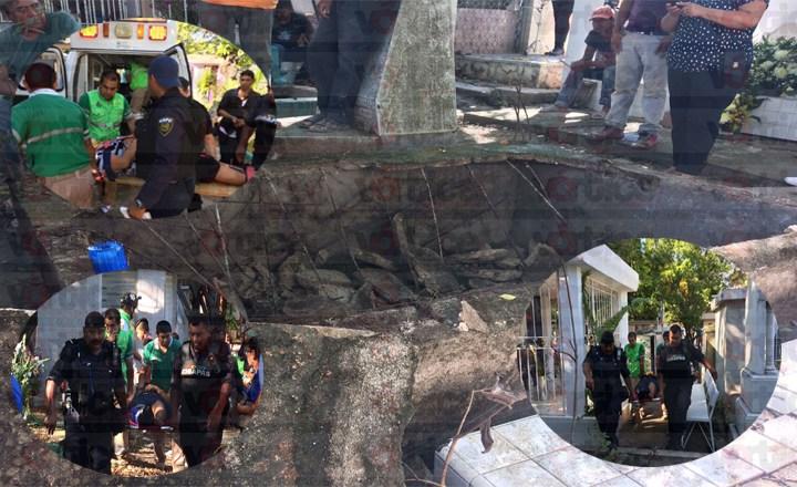 Caen 10 personas en el fondo de una sepultura en el Panteón Municipal