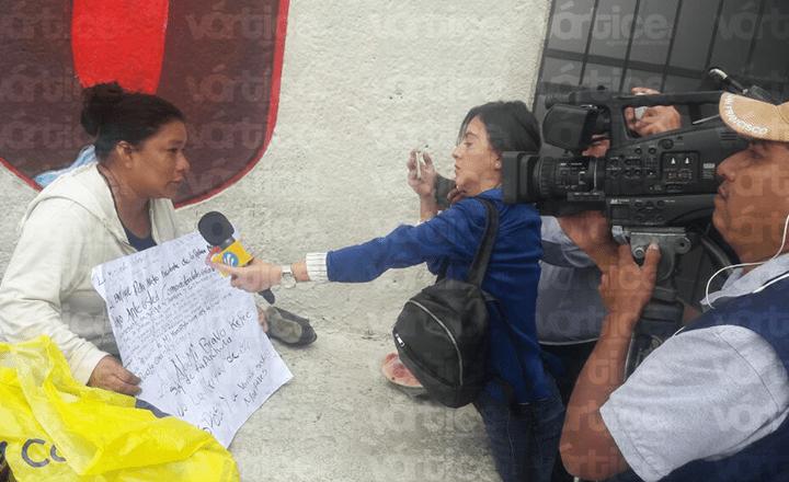 Mujer se cose los labios para exigir liberación de su esposo encarcelado por violación
