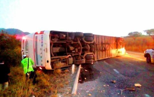 Vuelca autobús y deja una joven muerta; se dirigían a Tuxtla