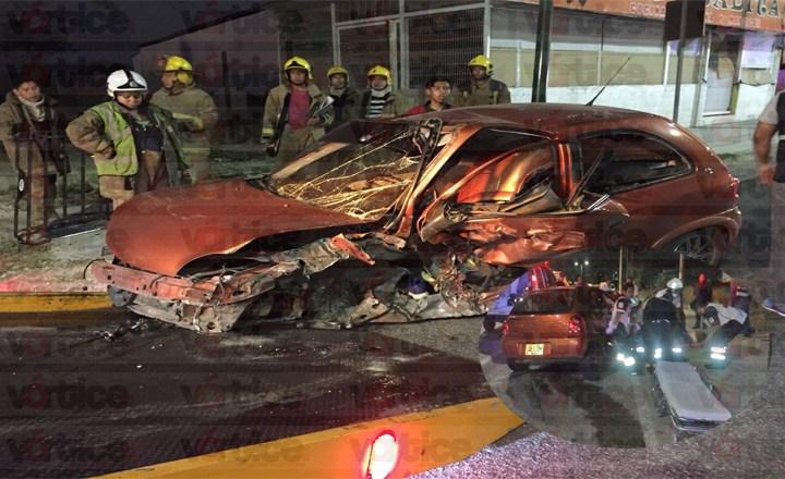 Militar estrella su vehículo contra luminaria; pierde la vida en el hospital