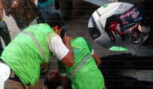 Queda motociclista debajo de una pipa tras sufrir accidente
