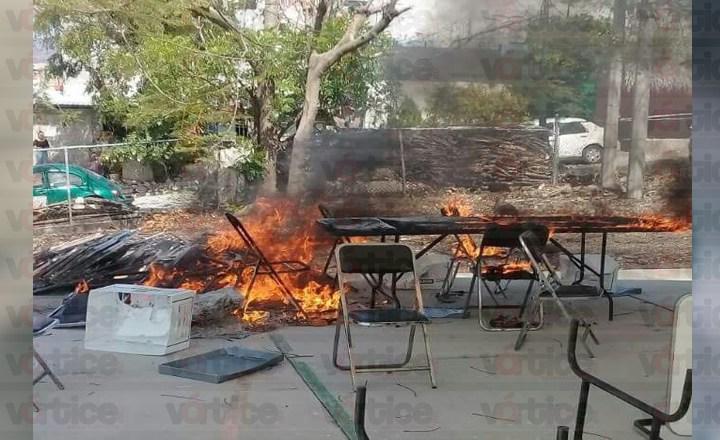 Causan destrozos en la UPN y queman papelería