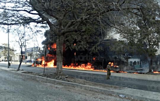 Se incendia camioneta en Tuxtla y deja una estela de fuego a su paso