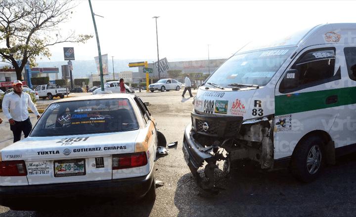 ¡Duelo de cafres! Taxi choca contra colectivo en Tuxtla